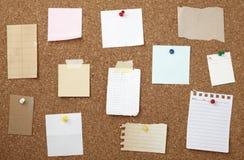 Brown-alter Papieranmerkungshintergrund-Korkenvorstand Stockfotografie