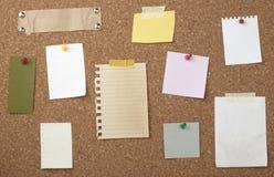 Brown-alter Papieranmerkungshintergrund-Korkenvorstand Lizenzfreie Stockfotos