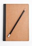 Brown-Anmerkungsbuch leer und leer mit Bleistift stockfotos