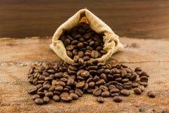 Brown asó los granos de café en saco de la lona Imagen de archivo