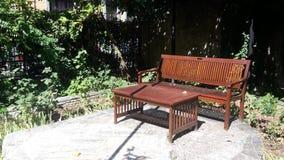 Brown ławka w parku Zdjęcia Stock