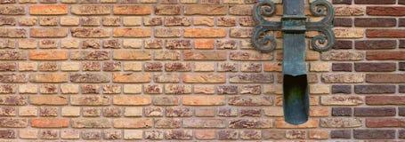 Brown-Backsteinmauer mit einem bereiften Dekor Lizenzfreie Stockfotografie