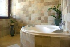 Brown-Badezimmerinnenraum Stockfoto