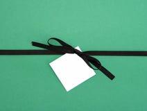 Brown bandBow med den blanka etiketten för anmärkningskort Arkivbild