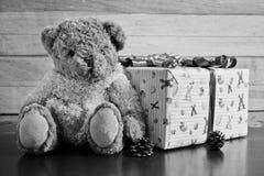 Brown bear and gift box Royalty Free Stock Photos