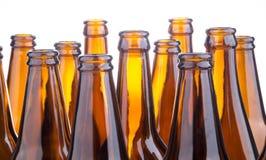 Brown-Bierflaschen gestapelt lokalisiert auf weißem Hintergrund Stockfoto