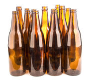 Brown-Bierflaschen gestapelt lokalisiert auf weißem Hintergrund Lizenzfreie Stockfotografie