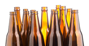 Brown-Bierflaschen gestapelt lokalisiert auf weißem Hintergrund Stockfotos