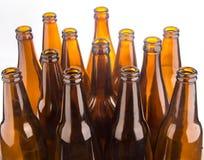 Brown-Bierflaschen gestapelt lokalisiert auf weißem Hintergrund Stockbilder
