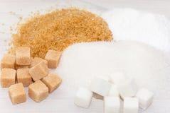 Brown, blanc et sucre raffiné photographie stock libre de droits