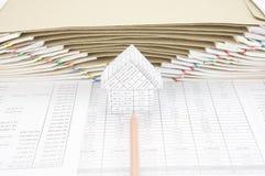 Brown-Bleistiftpunkt zum Haus haben Umschlag zwischen Schreibarbeit Stockbild
