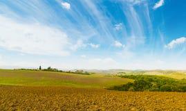 Brown-Boden unter einem blauen Himmel in Toskana stockbild