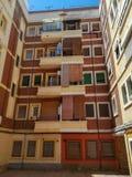 Brown budynek z rolkowymi storami zdjęcia royalty free
