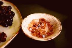 Brown a caramélisé le sucre dans un plat fait d'argile fait main Macro images libres de droits