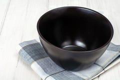 Brown ceramiczny puchar na białym drewnianym tle zdjęcia stock