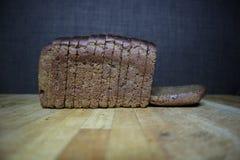 Brown chleb na ciemnym tle obraz stock