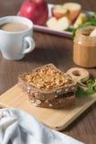 Brown chleb z masłem orzechowym i gorącą kawą, jabłczany plasterek Obrazy Royalty Free
