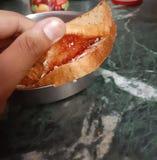 Brown chleb z mieszanka owocowym dżemem śmietanką wśrodku i ?niadanie fotografia royalty free
