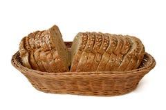 Brown chleba lying on the beach w łozinowym koszu obraz royalty free