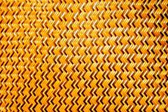 Brown cienki bambus wyplata jest zygzakowatym wzorem od Tajlandzkich rzemieślników na handmade w tajlandzkim sztuka stylu Zdjęcia Stock