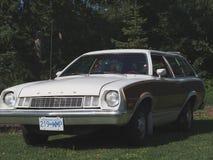 Brown clásico restaurado y Ford Station Wagon blanco Fotos de archivo