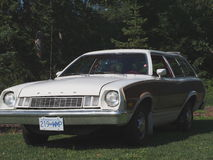Brown clássico restaurado e Ford Station Wagon branco Fotos de Stock
