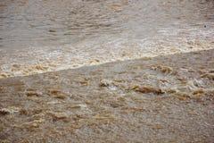 Brown colour świst rzeka w Saraphi tamie Obraz Stock