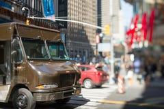 Brown consegna il camion in città fotografie stock libere da diritti