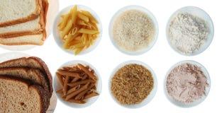 Brown contre le blanc : Pain, pâtes, riz et farine Photos libres de droits
