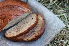 Brown a coupé en tranches le pain sur le foin photographie stock libre de droits