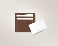 Brown cubre el portatarjetas con cuero con mofa blanca en blanco de la tarjeta para arriba Foto de archivo libre de regalías