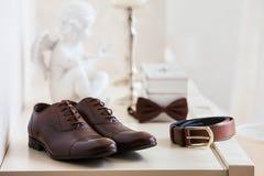 Brown cubre los zapatos del ` con cuero s de los hombres con la correa, corbata de lazo Accesorios determinados del novio Imagen de archivo