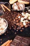 Brown cukier w szklanym pucharze obok cukierków i cukierków Fotografia Royalty Free