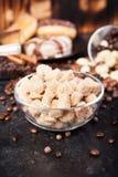 Brown cukier w szklanym pucharze obok cukierków i cukierków Obrazy Royalty Free