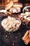 Brown cukier w szklanym pucharze obok cukierków i cukierków Obraz Royalty Free