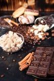 Brown cukier w szklanym pucharze obok cukierków i cukierków Fotografia Stock