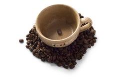 Brown-Cup mit Kaffeebohnen um es Lizenzfreies Stockfoto