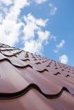 Brown-Dach der Metalldeckung auf dem Himmel Stockbilder