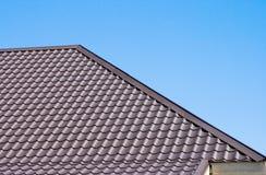 Brown-Dach der Metalldeckung auf dem Himmelhintergrund Stockfoto