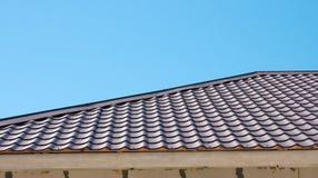Brown-Dach der Metalldeckung auf dem Himmelhintergrund Lizenzfreies Stockfoto