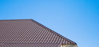 Brown-Dach der Metalldeckung auf dem Himmelhintergrund Stockbild