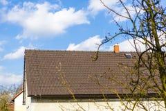 Brown-Dach mit Kamin und Blitzableiter Stockbild