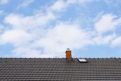 Brown-Dach mit Kamin und Blitzableiter Lizenzfreie Stockfotografie