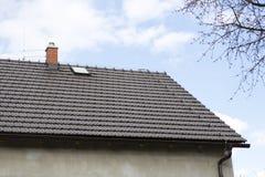 Brown-Dach mit Kamin und Blitzableiter Stockfotografie