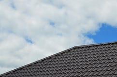 Brown-Dachplatten oder -schindeln auf Haus als Hintergrund Neues überschneidenes braunes klassisches Artdeckungsmaterial-Beschaff Stockfotografie