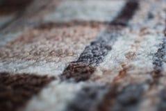 Brown-Decke auf dem Bett Lizenzfreies Stockfoto