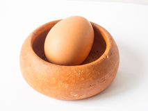 Brown der Hühnerei gelegt in Tonwarenschüssel Lizenzfreies Stockbild