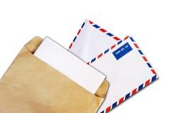 Brown-Dokument und Luftpostumschlag getrennt Lizenzfreies Stockfoto