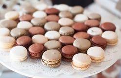 Brown doux et macarons blancs de couleur Friandise pour un Tableau de partie Vue de ci-avant Images stock