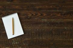 Brown drewna stół z notatnikiem i ołówkiem Odgórny widok Zdjęcia Royalty Free